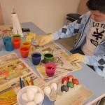 Dennis beim Eierfärben