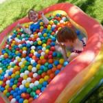 Magnus und Emily im Pool